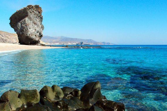 Foto de la playa de Carboneras donde puedes encontrar apartamentos que admiten mascotas para tus vacaciones