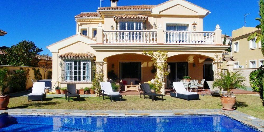 Villas, chalets y bungalows que admiten mascotas en Estepona para ir a la Costa del Sol con tu perro